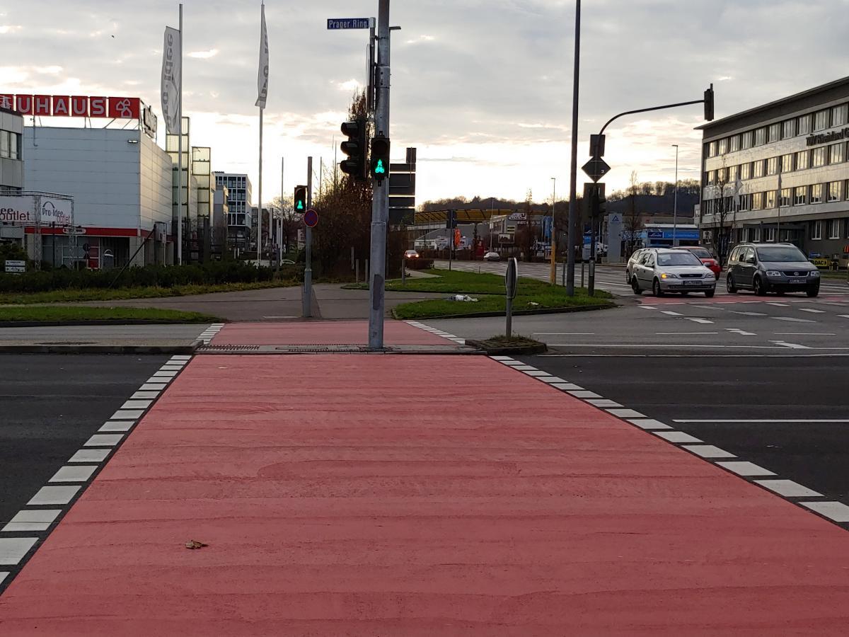 Bild: Durch den Tausch der Streuscheiben an der Ampel dürfen Radfahrende jetzt den Prager Ring überqueren