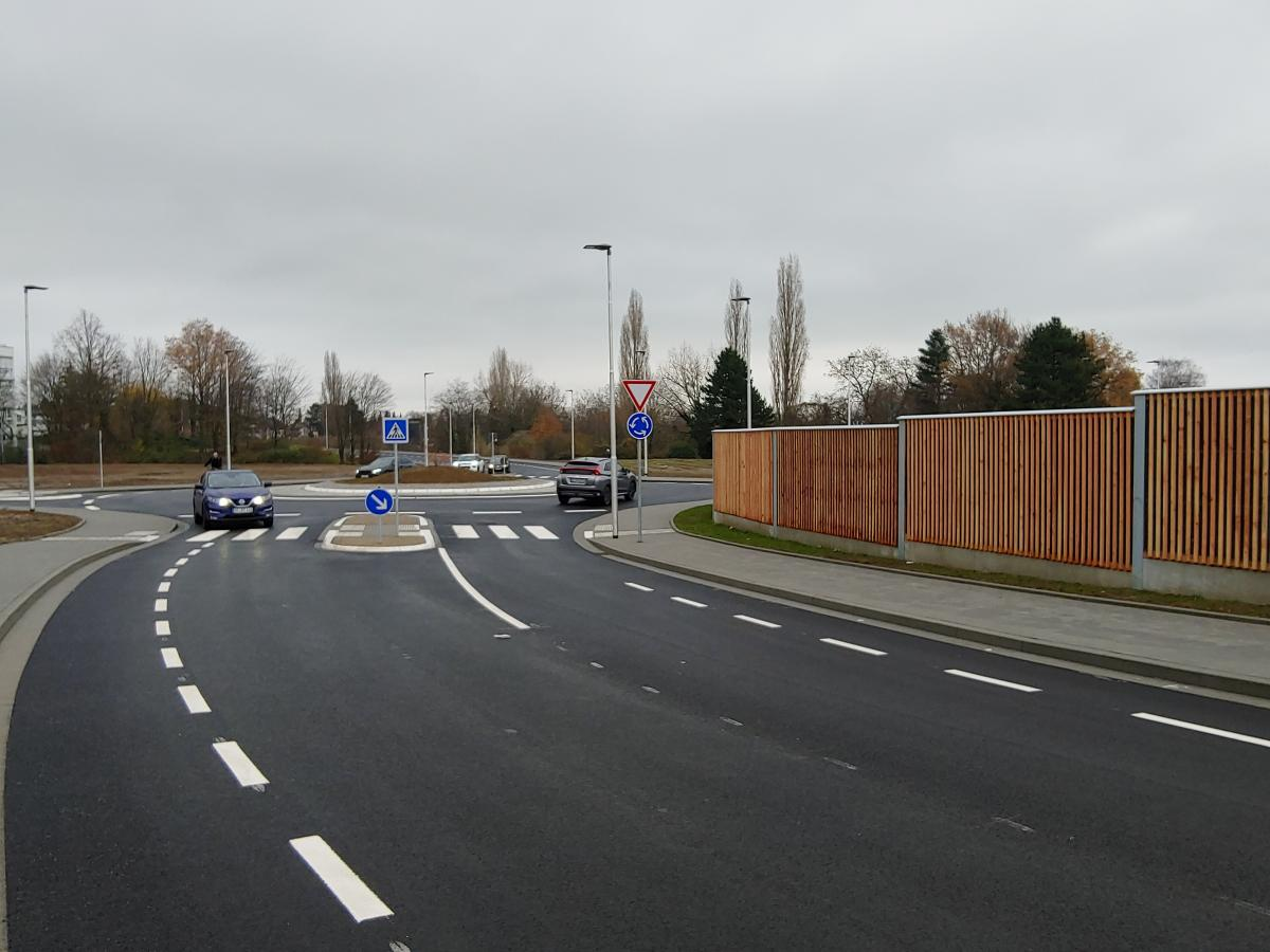 Bild: Bei der neuen Markttangente enden Fahrradstreifen kurz vor den Kreisverkehren und bringen Radfahrende in Gefahr