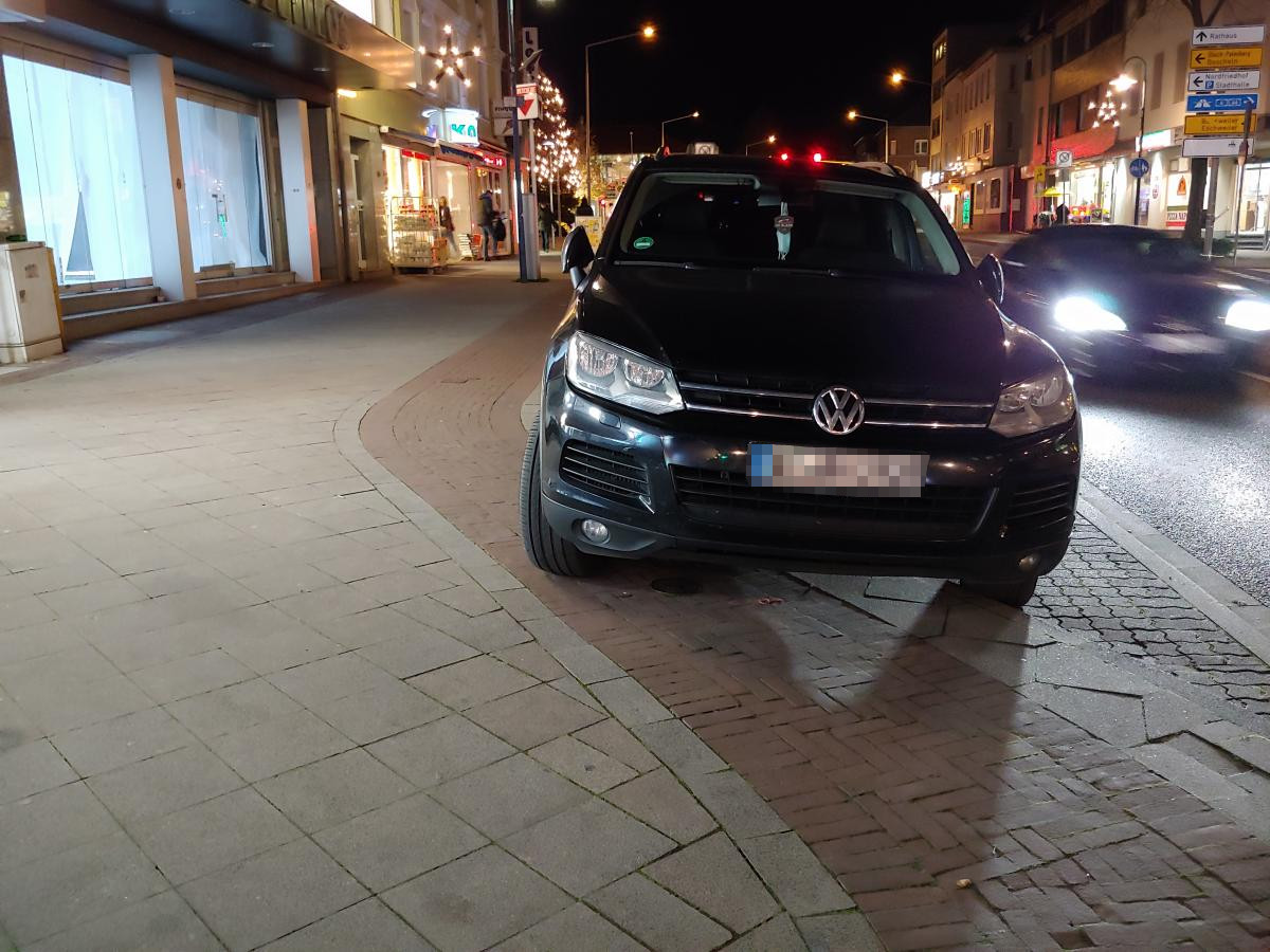 Bild: Falschparker auf Radweg