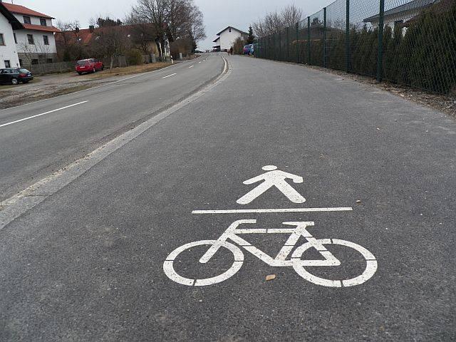 Fahrrad- und Fußgängerpiktogramm auf der Fahrbahn