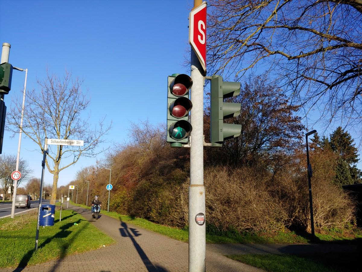 Bild: Fußgängerampel auf dem gemeinsamen Rad- und Fußweg