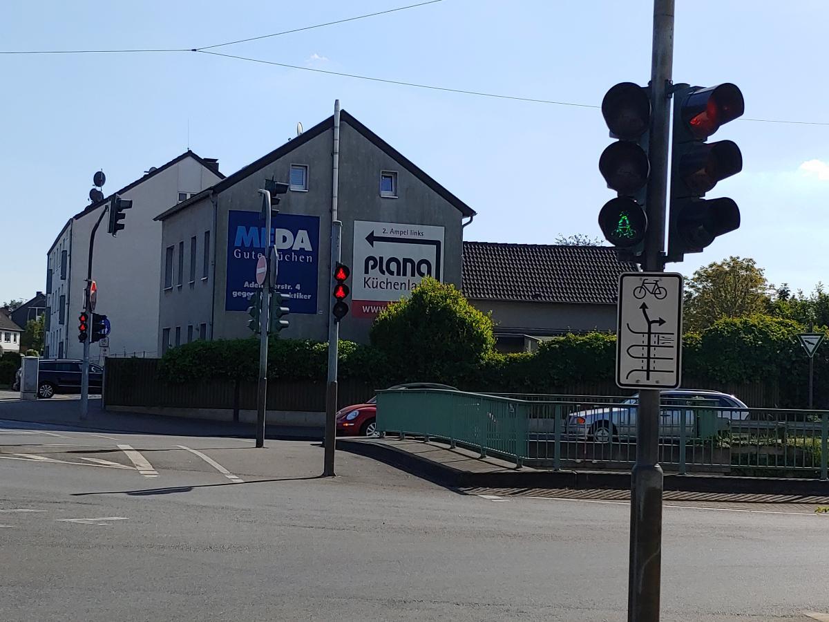 Bild: widersprüchlche Ampel: hier ist die Fahrradampel gleichzeitig rot und grün