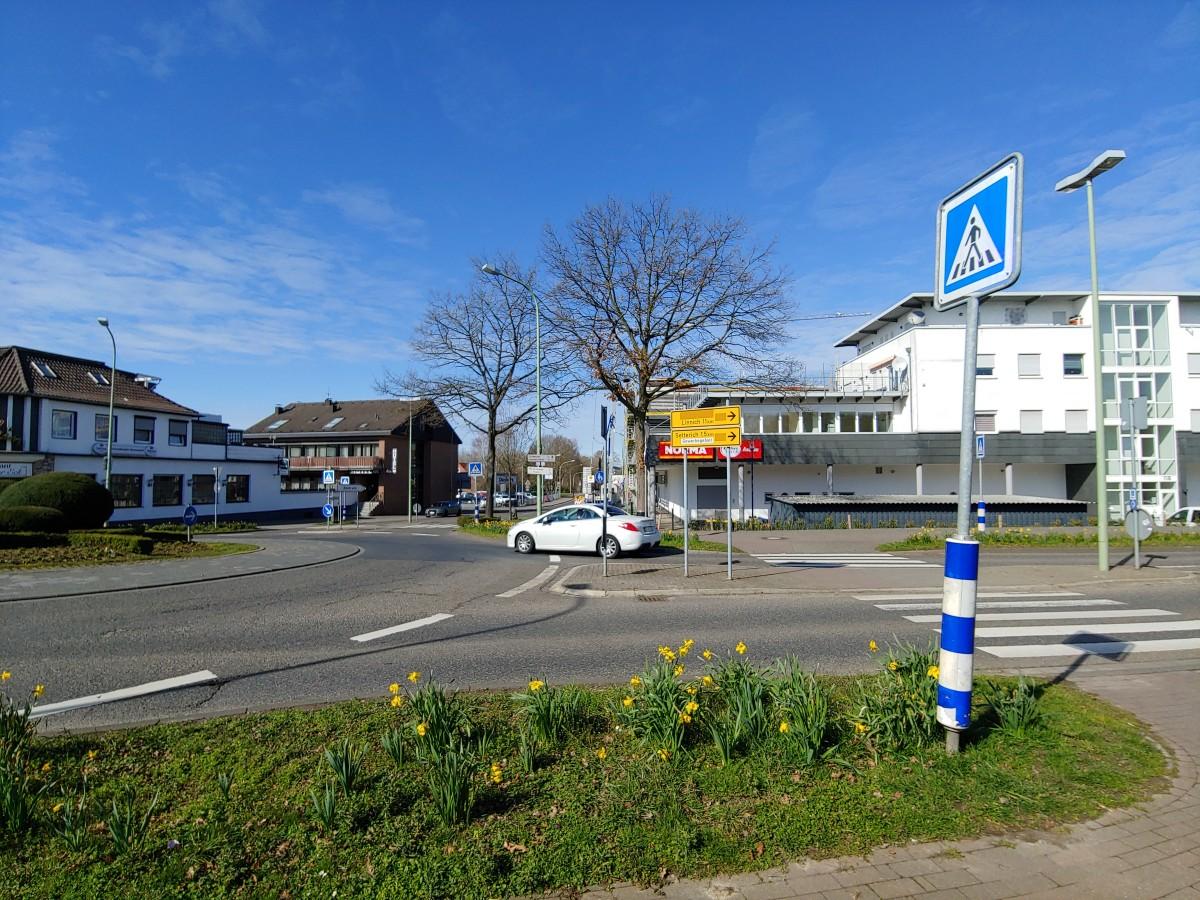 Bild: Kreisverkehr auf der Aachener Straße, in dem Vorfahrten, Markierungen und Ausfahrten verbessert werden müssen
