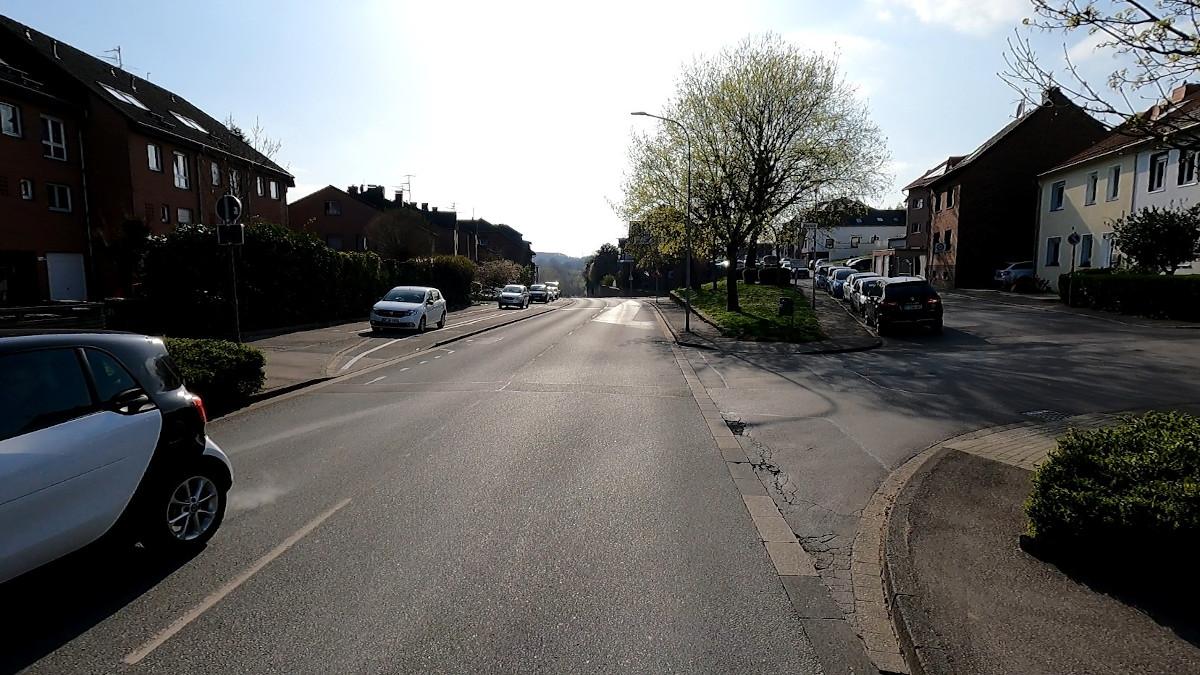Bild: Schmaler Radweg neben geparkten Autos auf der Schweilbacher Straße in Würselen