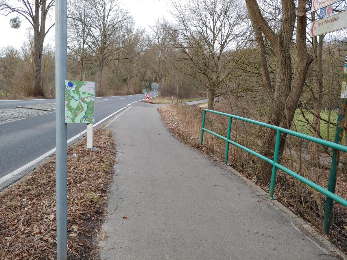 Bild: Neues Wanderroutenschild, das eine Gefahr für Radfahrende ist