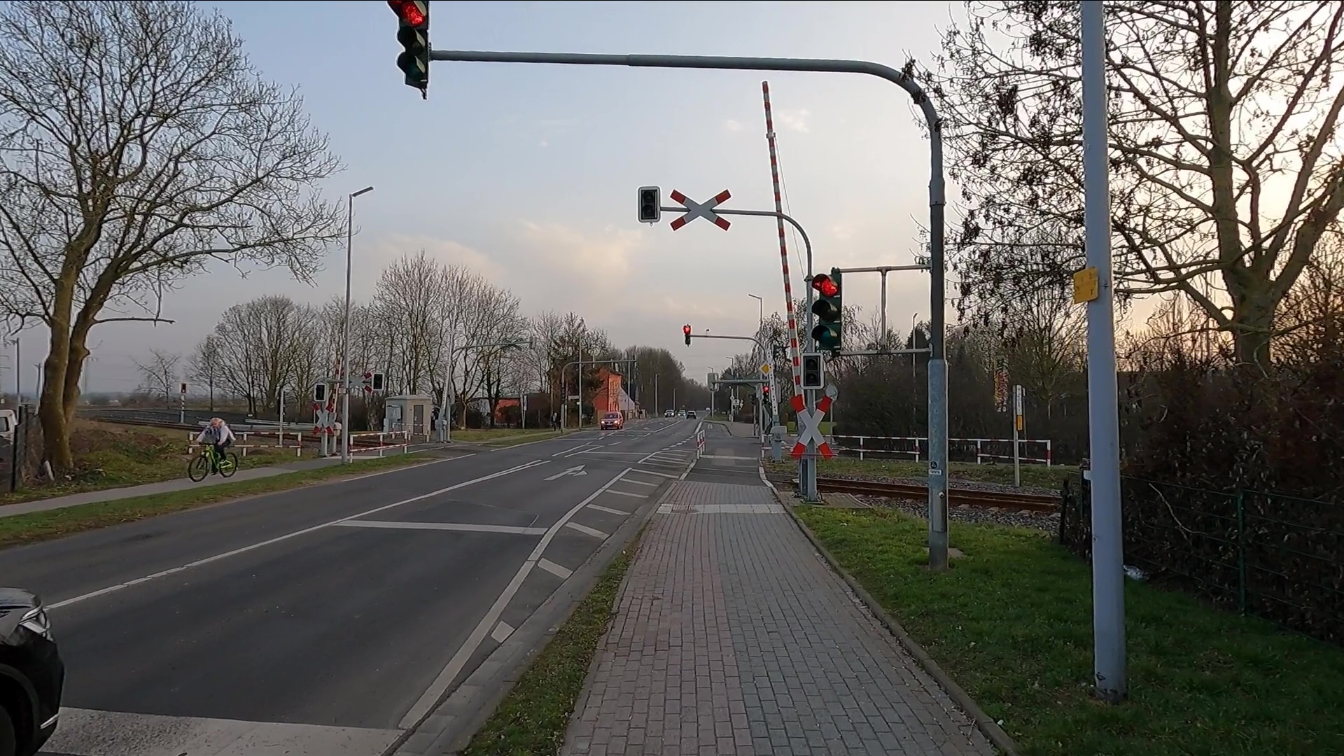 Bild: Rote Ampel neben Radweg
