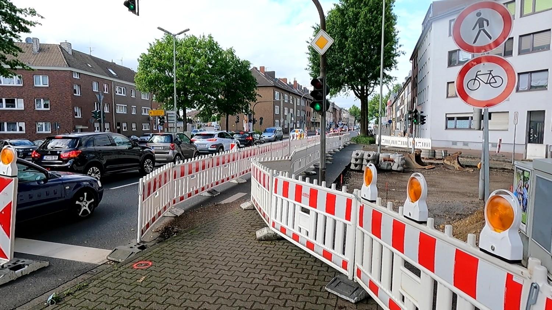 Bild: Mangelhafte Baustellenabsicherung an der Kreuzung Lehnstraße und B57