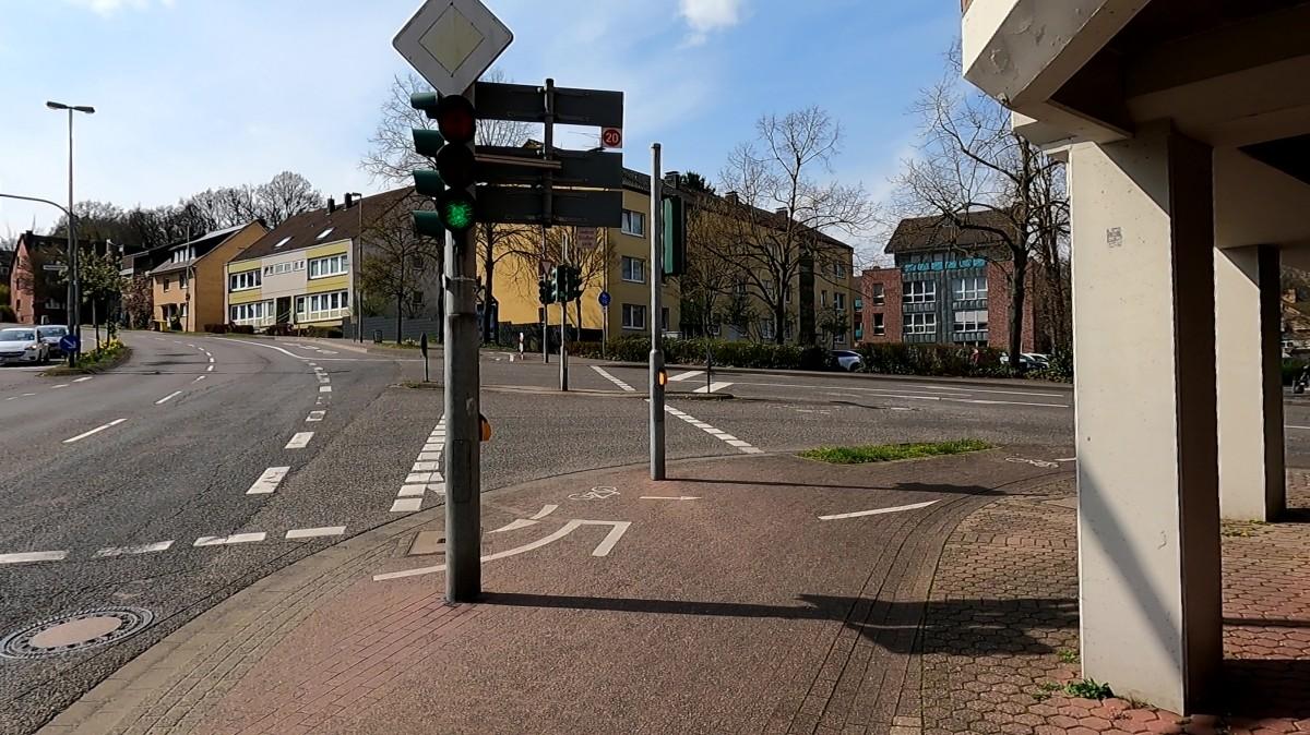 Bild: Kreuzung Aachener Straße und Kleikstraße: viele Hindernisse für den Radverkehr